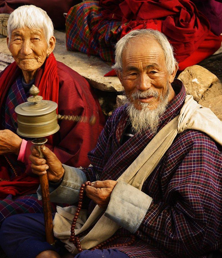 Foto:Casal butanês ora